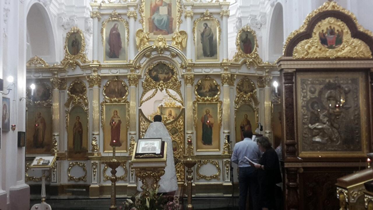 Padre Mykhailo Povaliaiev presiede la preghiera
