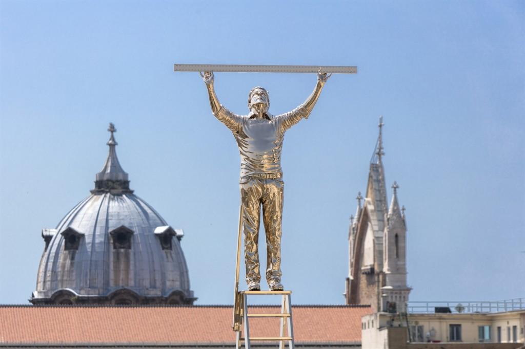 L'uomo che misurava le nuvole: scultura dell'artista belga Jan Fabre