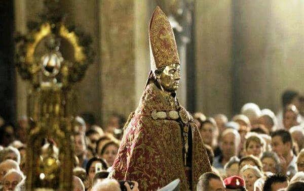 Statua di San Gennaro in processione nel Duomo di Napoli