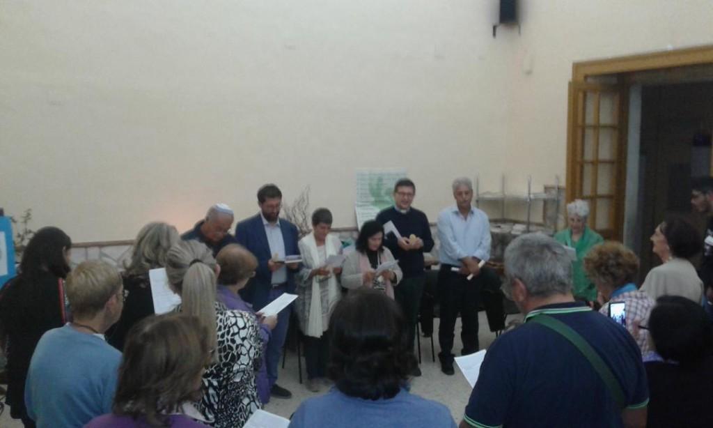I rappresentanti delle diverse religioni riuniti nella lettura della dichiarazione comune